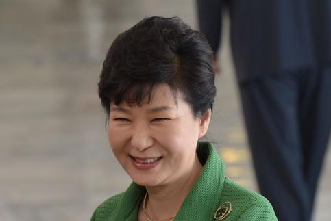 Отправленного вотставку президента Южной Кореи допросят следователи