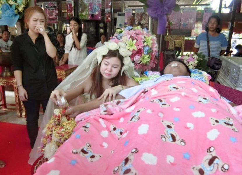 Девушка вышла замуж за возлюбленного на его похоронах (фото)