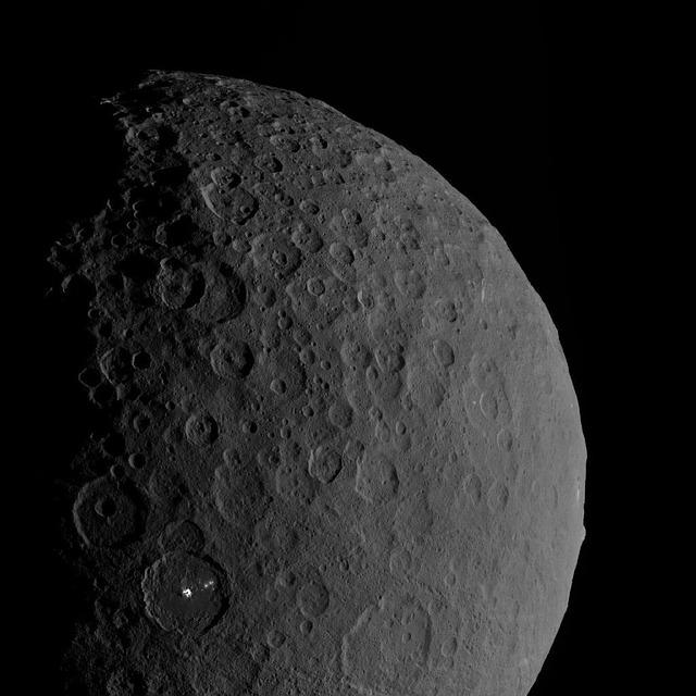Зонд Dawn изучит запасы воды внедрах ближайшей кЗемле миниатюрной планеты