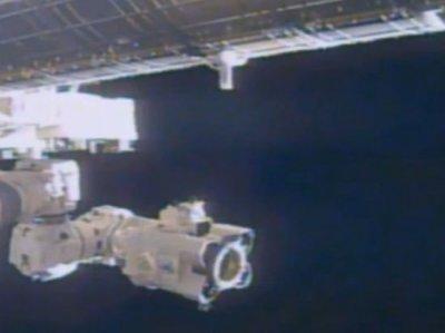 Камера МКС зафиксировала стыковку НЛО со космической станцией