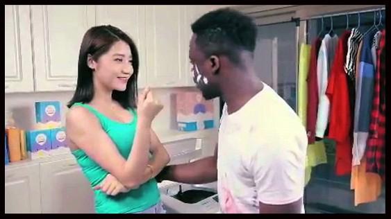 Интернет поразила расистская реклама с китаянкой «отмывающей» негра в стиральной машинке