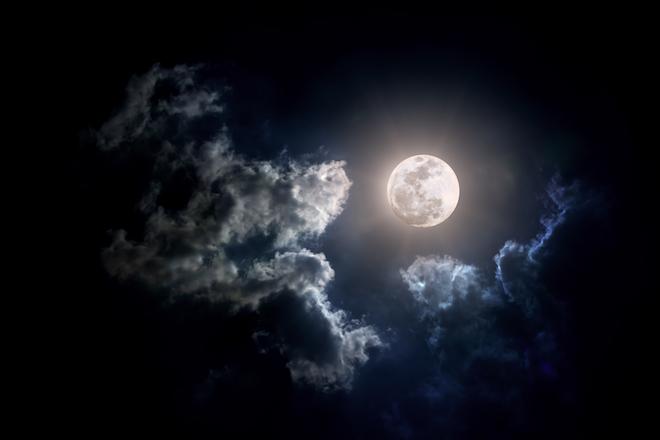 Конспиролог разглядел на Луне человека без скафандра
