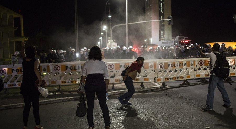 В Сан-Паулу противники импичмента Руссефф разгромили здание банка