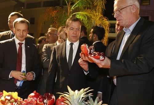 МИД Испании запросил уИзраиля объяснений поповоду подаренного Медведеву беспилотника