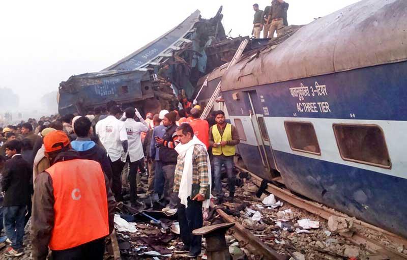 Жуткое крушение поезда вИндии: погибших уже неменее 100 человек