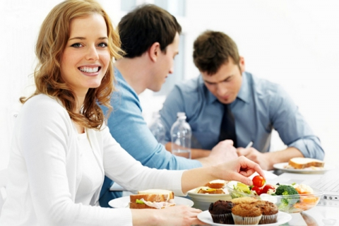 Общие обеды сколлегами повышают продуктивность работы— ученые