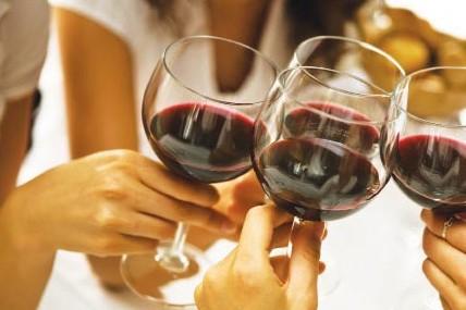 Ученые: Под воздействием алкоголя люди чаще помогают друг другу