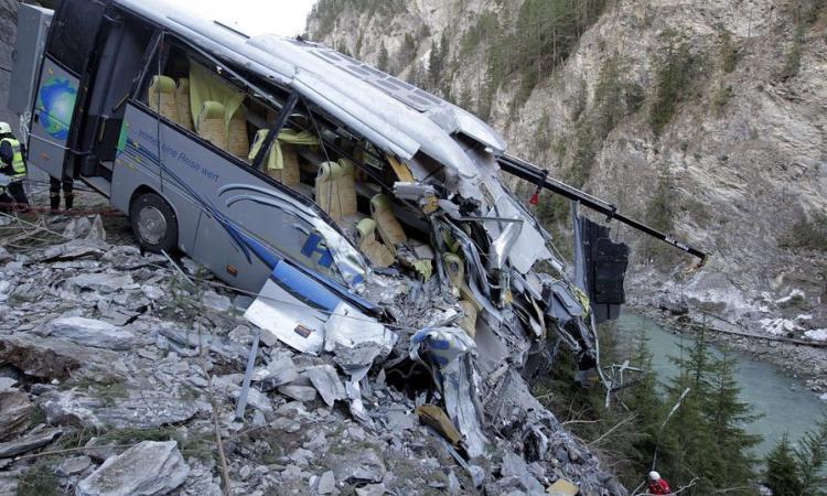 ВИзраиле два человека погибли при падении автобуса вущелье