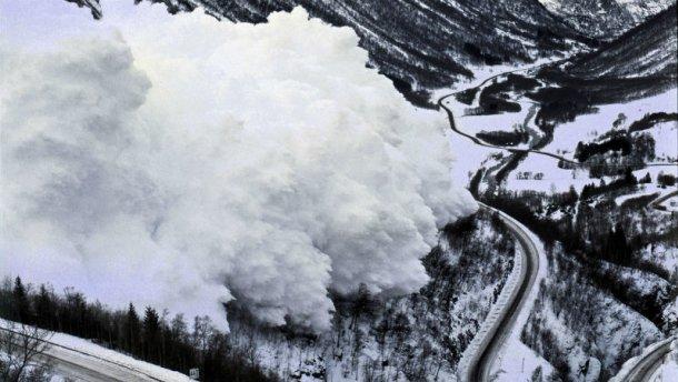 ВИталии снежная лавина сошла наотель, есть жертвы