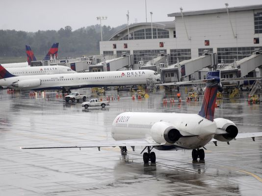 Ваэропорту Детройта навзлетной полосе найдено мужское тело