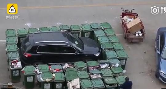 В КНР мусорщик оригинально наказал водителя, нарушившего правила парковки