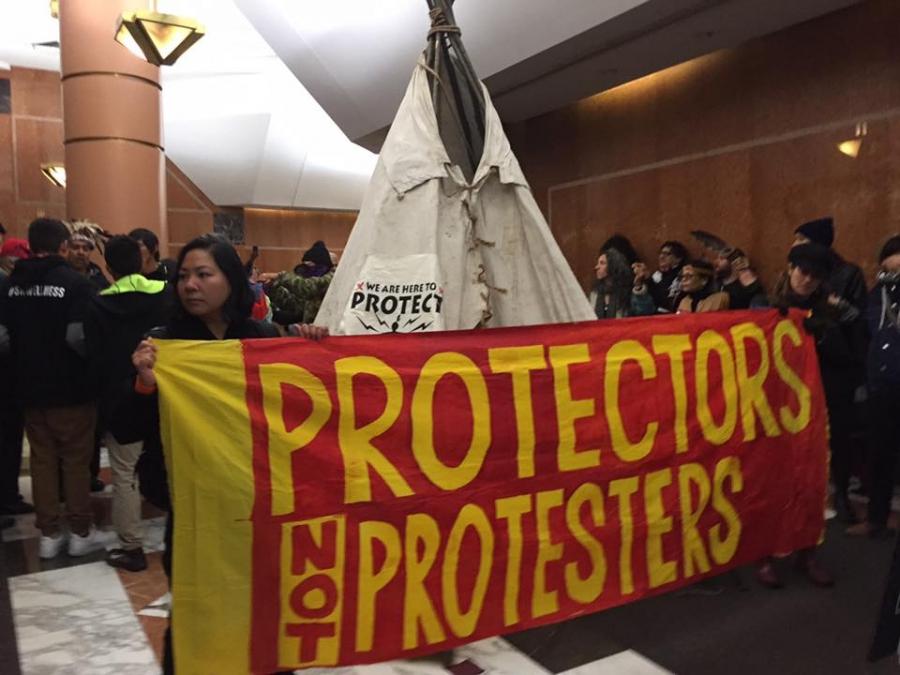 Протестующие против возведения нефтепровода индейцы соорудили вигвам вштабе Клинтон