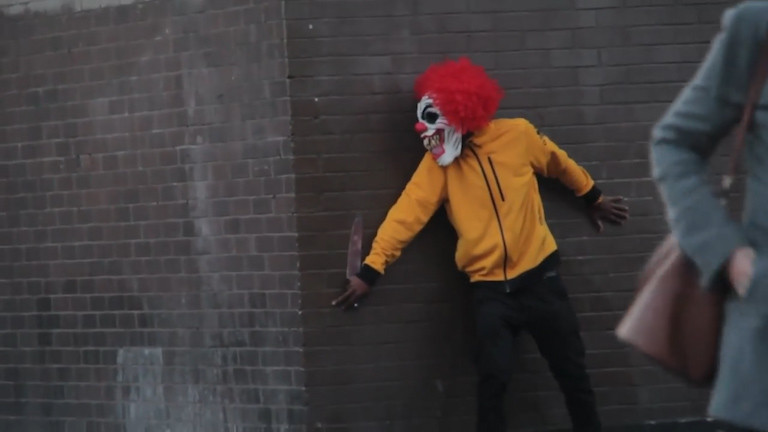 Ужасающие клоуны стали нападать на граждан США и Англии